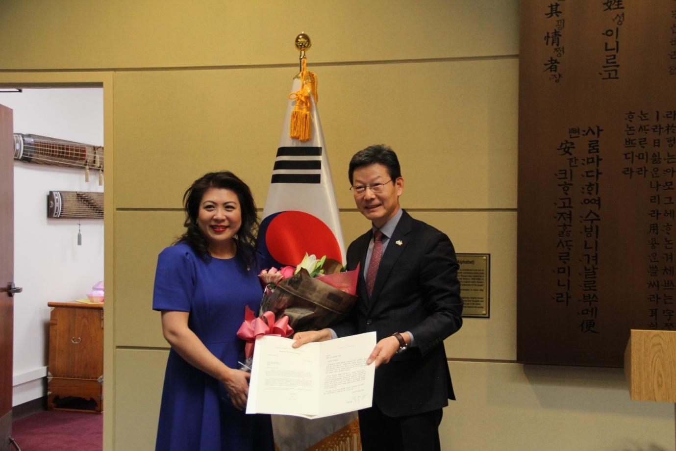 신맹호 대사, 넬리신 의원에게 대한민국 국회의장 및 외교장관 축하서한 전달.jpg